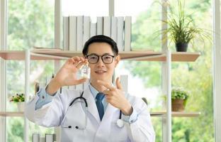 asiatischer Arzt berät online per Videoanruf foto