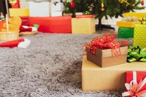 Bunte Geschenke, die sich auf die Weihnachtsfeier vorbereiten foto