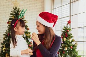 asiatische mutter und kind feiern zusammen weihnachtsfest foto