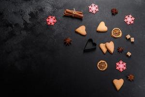 Weihnachtsrahmen mit Tannenzweigen, Lebkuchenplätzchen foto