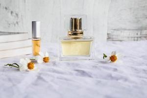 goldene parfüm- und parfümflaschen auf weißem hintergrund foto