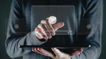 Mann verwendet Tablet zum Ansehen von Videos im Internet, Online-Streaming foto