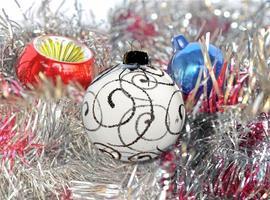 Christbaumkugel Lametta und Weihnachtsbeleuchtung foto