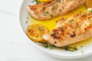 gegrilltes Hähnchen mit Butter, Zitrone und Knoblauch foto