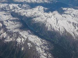 Luftaufnahme der Alpen zwischen Italien und der Schweiz foto