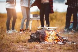 Nahaufnahme des Lagerfeuers mit Freundschaft, die im Takt der Musik tanzt foto