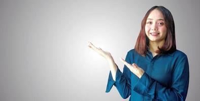 fröhliche Geschäftsfrau, die leeren Tafeltext zeigt, fügen Sie Ihren Text hier hinzu foto