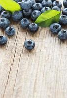 Blaubeeren auf Vintage-Holz-braunem Hintergrund foto