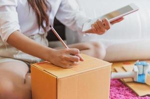 Nahaufnahme der asiatischen Geschäftsfrau Hand Startup-Unternehmen foto