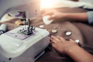 Nahaufnahme der Nähmaschine mit Schneiderin-Design foto