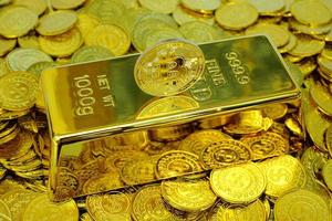 Bitcoin-Kryptowährung auf dem Goldbarren und Haufen Goldmünze foto