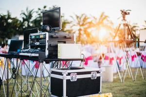 Mischen des Equalizers im Freien im Musikparty-Festival mit dem Esstisch foto