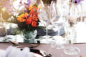 Tischdekoration für eine Hochzeit oder ein Abendessen mit Blumen foto