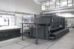 Offsetdruckmaschinen mit zwei, vier und fünf Einheiten foto