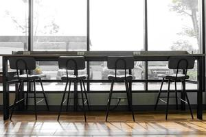 Stuhlsilhouette im Café foto