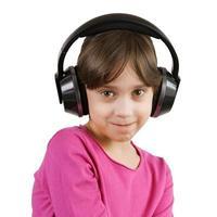 Mädchen hört Musik über Kopfhörer foto
