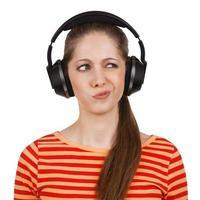 Mädchen mit Kopfhörern drückt negative Emotionen aus foto