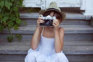 kleines Mädchen hat jemanden fotografiert foto