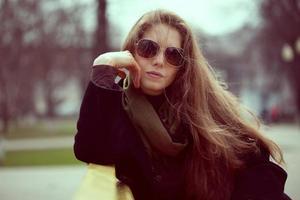 schöne junge Frau mit Sonnenbrille foto