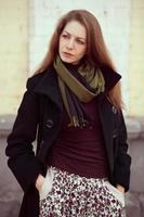 schönes Mädchen in einem modischen Mantel foto