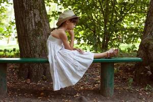 kleines Mädchen sitzt in Gedanken foto