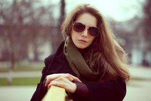 schöne junge Frau mit Sonnenbrille ruht foto