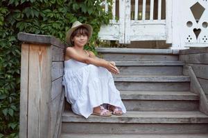 süßes kleines Mädchen sitzt foto