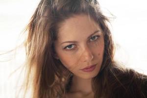 eine schöne Frau mit fliegenden Haaren foto