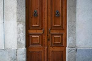 Holztüren mit Griffen foto