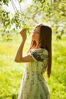 hübsches Mädchen untersucht die Blätter foto