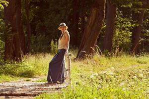 Frau steht in einem Park in der Nähe der Brücke foto