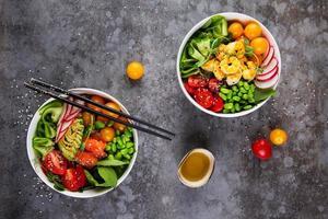zwei Teller mit Poke und Olivenöl auf grauem Hintergrund foto