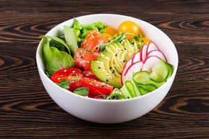 Teller mit Lachs, Tomate, Avocado und Quinoa-Poke foto