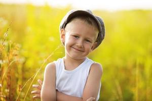 glücklicher kleiner Junge in einer grauen Mütze foto