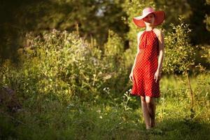 Frau mit Hut geht barfuß foto