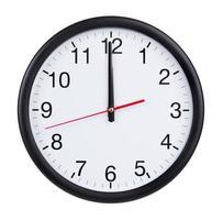 zwölf Uhr auf der Zifferblattuhr foto