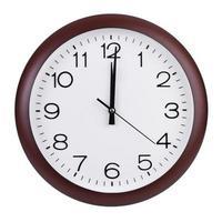 Mittag auf dem Zifferblatt der runden Uhr foto