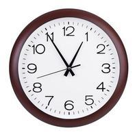 fünf Uhr auf einer runden Uhr foto