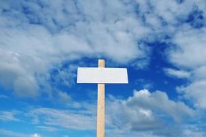 Poster auf dem Hintergrund des blauen bewölkten Himmels foto
