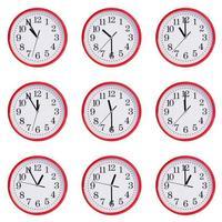 Uhr mit Zeit zwischen elf Uhr morgens foto