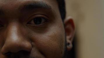 extreme Nahaufnahme von Augenbraue, Auge und Nase eines schwarzen Mannes foto