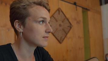 Frau spricht und Bildschirm reflektiert auf Augen foto