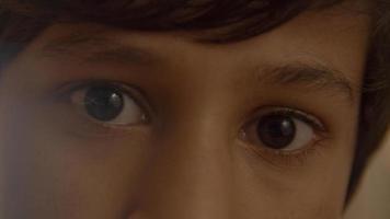 Augen und Augenbrauen des Jungen foto