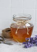 Glas mit Honig und frischen Lavendelblüten foto