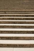 mehrere Stufen der alten Steintreppe foto