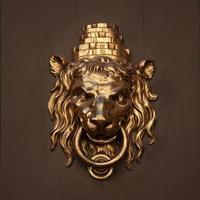 antiker Türgriff in Form eines Löwen foto