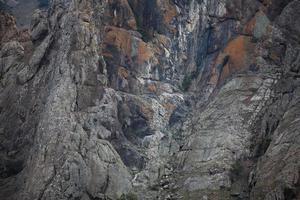 grauer Fels mit Rissen an der Oberfläche foto