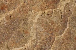geschnittener Stein mit vielen Rissen foto