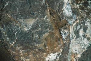 einen großen braunen Stein in Scheiben schneiden foto