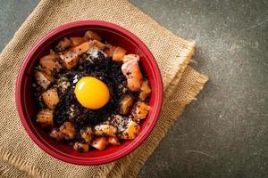 japanischer Reis mit frischem Lachs roh, Tobiko und Ei foto